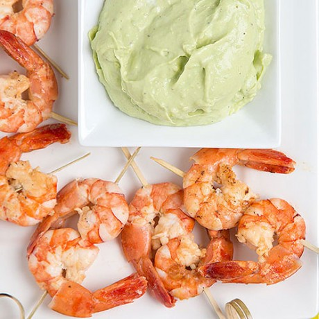 Hunting the color - shrimp skewers with avocado cream