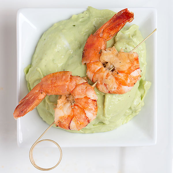 Shrimp skewers with avocado cream
