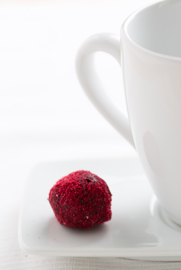 raspberry dark chocolate truffles @ strudelandcream.com