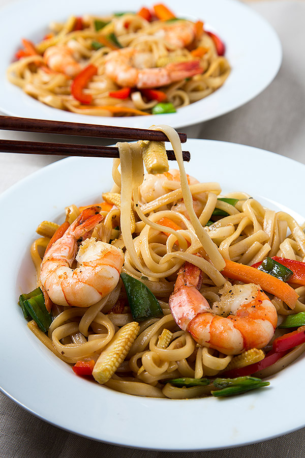 Shrimp Udon Noodles | www.strudelandcream.com